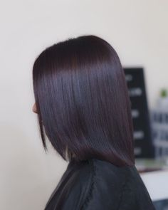 With Fall well underway and Winter just around the corner, there are some luscious Autumn hairstyles popping up all over, with one color in particular. Burgundy Brown Hair, Dark Red Hair, Burgundy Color, Hair Color Highlights, Peekaboo Highlights, Pelo Color Vino, Eggplant Hair, Pelo Popular, Aveda Hair Color