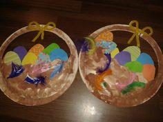 Munakorit pääsiäiseen. Näissä itse leikkasin valmiiksi korin muodon ja värikkäät munat... ensin maalattiin kori ja sitten liimattiin munat korin taakse. Lopuksi muutama höyhen ja rusetti kahvaan.. tosi nätit tuli.. tekijöinä 2,5v ja 2v