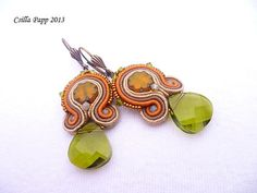 Soutache Earrings with green Swarovski crystal in green brown cream mustard Soutache Earrings, Jewelry Patterns, Green And Brown, Belly Button Rings, Mustard, Swarovski Crystals, Craft Ideas, Jewellery, Cream