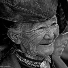 """Hopes are like hair ornaments. Girls want to wear too many of them. When they become old they look silly wearing even one."" - Arthur Golden / Beautiful old people: The Face Beautiful Smile, Beautiful People, Old Faces, A Wrinkle In Time, Hair Ornaments, Interesting Faces, Portraits, People Around The World, True Beauty"