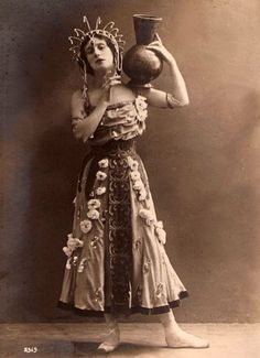 Anna Pavlova made her debut as Nikiya in La Bayadere at the Mariinsky on April It was her year in the theatre after graduating from the Imperial ballet school. Ballet Costumes, Dance Costumes, Ana Pavlova, La Bayadere, History Of Dance, Vintage Photos Women, Vintage Ballet, Russian Ballet, Modern Dance