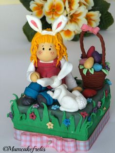 Handamde Easter: Coniglietto pasquale in pasta di zucchero / How to make an Easter Bunny using sugar paste. Beautiful Tilda cake top by Lisa #handmadeeaster #thecreativefactory