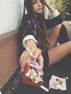 Hübsches Fräulein bis auf die Zigaretten :-/