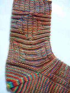 Eine Toe-Up Socke mit Bullaugenferse. Nachträglich eingestrickte Ferse durch einen Kontrastfaden.