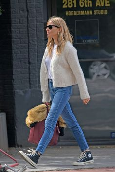 Sienna's clothes and outfits. Find out where to buy the exact clothes Sienna Miller wore. Estilo Sienna Miller, Sienna Miller Style, Looks Style, Casual Looks, Style Me, Star Fashion, Fashion Outfits, Fashion Ideas, Fashion Fashion