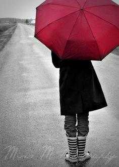 Red Umbrella Walking in Rain Photograph Home par MissMPhotography