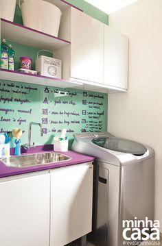 Estes ambientes conectados trazem soluções incríveis de aproveitamento e ainda uma decoração caprichada, que agrada aos olhos e ao bolso. Aqui, a soma de todos os armários da cozinha e da área de serviço, geladeira, coifa e fogão totaliza 10 x R$ 570