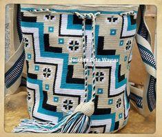48 vind-ik-leuks, 2 reacties - Jesulaa Arte Wayuu (@jesulaa_artewayuu) op Instagram: 'Mochila Wayuu de diseño compuesto por figuras geometricas y pequeñas flores como detalle, un…' Crochet Chart, Crochet Hooks, Knit Crochet, Mochila Crochet, Tapestry Crochet Patterns, Tapestry Bag, Handmade Purses, Crochet Purses, Knitted Bags