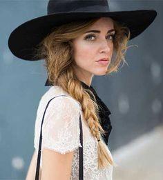 """IL COPRICAPO Altro trend assolutamente """"IN"""" per questa fall winter sono i cappelli. Il copricapo nelle sue accezioni più haute couture non è mancato,ma la fashion low cost e il pronto moda non sono rimaste indietro presentando moltissimi modelli."""