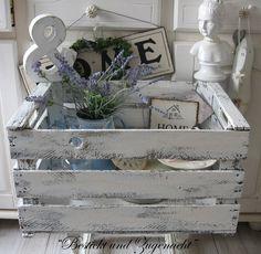 Diese schöne und stabile alte Holzkiste habe ich unterschiedlich stark weiß/matt lackiert.     Diese Kisten sind eine tolle Dekoration, können aber au