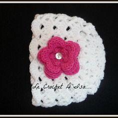 Bonnet bebe au crochet deco fleur rose fuschia / bouton nacre