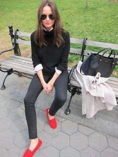 Stand out among other stylish civilians in a grey coat and black skinny jeans. Finish off your look with red and black suede loafers. #mocassino #rosso #red #shoes