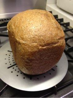 ■材料(一斤) ふすま粉...75g グルテン...75g 卵...L1個 バター...10g 砂糖(ラカント)...大さじ1 塩...小さじ1 水...100cc イースト...5g ■つくりかた [1] Panasonic SD-BM104を使ってます。 [2] ふすま粉は糖蔵さんのものをお取り寄せしてます。 冷凍で送られてきます。 賞味期限が長いです。 [3] すべての材料を入れてスタート!! [4] 出来上がり!!HBで簡単 ふすまパン