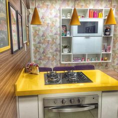 Papel de parede na cozinha e amarelo na decoração