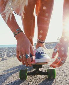 Ein Longboard ist perfekt für den Boulevard am Strand - Today Pin Skate Girl, Skate Style Girl, Skateboard Girl, Skateboard Clothing, Skateboard Parts, Longboarding, Summer Aesthetic, Surf Style, Mode Vintage