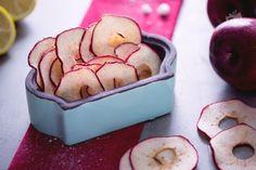 Le chips di mela sono uno snack naturale e saporito, salutare e leggero, da offrire agli amici o per spezzare la fame a metà mattinata.