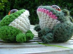 A directory of free Amigurumi crochet patterns Crochet Frog, Crochet For Kids, Free Crochet, Knit Crochet, Crochet Crafts, Yarn Crafts, Crochet Projects, Crochet Patterns Amigurumi, Crochet Dolls