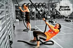 Escalar la cuerda o Rope Climb en progresión. Primero elevando todo el cuerpo desde tumbado hasta ponerse de pie.