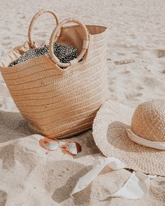 15 Essential Beach Bag ! Before you pack your next bag for a day at the beach, take a look at this list of Beach Bag Essentials Beach Bum, Beach Trip, Beach Shoot, Diy Bags Purses, Beach Accessories, Basket Bag, Beach Tote Bags, Summer Aesthetic, Summer Bags