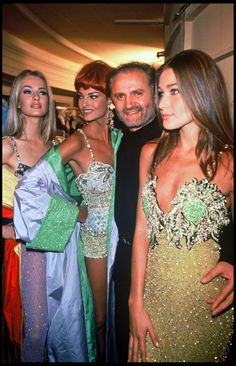 Karen Mulder, Linda Evangelista, Gianni Versace and Carla Bruni, 1992 Throw back to 15 of our favourite ever Versace catwalk moments from the Nineties Gianni Versace, Donatella Versace, Atelier Versace, Versace Versace, Versace Fashion, 90s Fashion, Fashion Models, Fashion Show, Vintage Fashion