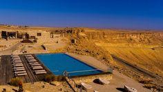 En el desierto de Néguez, a 2 horas de Tel Aviv, se encuentra esta #piscina que parece un oasis, suspendida dentro de un cráter de cinco millones de años: el Makhtesh Ramon. Esta exclusiva piscina pertenece a las instalaciones del hotel Beresheet