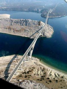 Krk Puente - Croacia - El Puente de Krk es un puente de arco de hormigón armado de 1.430 m de largo que conecta la isla croata de Krk con el continente y soporta