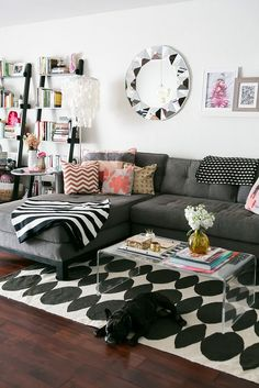 Amazing small living room decor idea for your first apartment 00006 ~ Home Decoration Inspiration First Apartment, Apartment Living, Cozy Apartment, Apartment Ideas, Decorate Apartment, Apartment Furniture, Rental Decorating, Decorating Ideas, Interior Desing