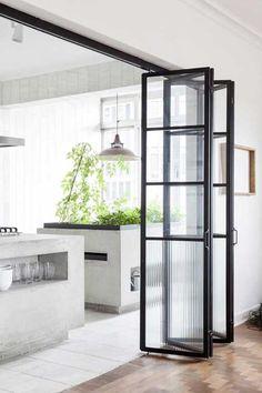 Apartamento modernista en Sao Paulo. Puerta en acordeón Cocina / Comedor: