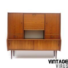Vintage dressoir / dressoirkast / highboard met mooie handgreepjes uit de jaren '60.  Afmetingen: Breedte: 142 cm Hoogte: 127,5 cm Diepte boven: 30,5 cm Diepte beneden: 38,5 cm