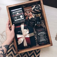 gorgeous whiskey gift box Gift Ideas Awesome Fathers Day Gift Basket Ideas for Men Gift Box For Men, Gift Baskets For Men, Diy Gift Box, Present Ideas For Men, Best Man Gift Ideas, Presents For Men, Christmas Gifts For Boyfriend, Diy Gifts For Boyfriend, Birthday Gifts For Boyfriend