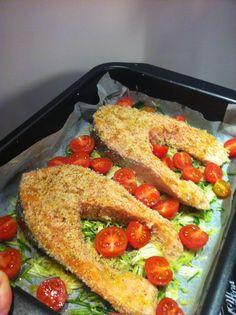 Bistecche di salmone con mollica di pane, zucchine e pendolini al forno. Non male ;) #salmone #alforno