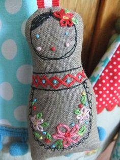 Matroesjka van stof en borduurwerk