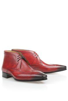 Magnanni Geklede broquebootie in Wijnrood (13669)    Pure passie! Dit Spaanse merk ontwerpt schoenen met temperament. De schoen is volledig van leer en met de hand gefinished. De rode kleur maakt iedere outfit net wat spannender.