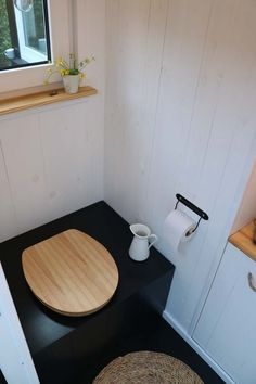 Small Bathroom Interior, Wc Bathroom, Small Tiny House, Tiny House On Wheels, Camping Klo, Outdoor Toilet, Caravan Makeover, Cabin Bathrooms, Composting Toilet