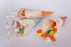 Prepara cucuruchos de papel para fiestas