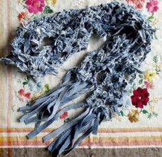 53 easy and useful DIY craft ideas recycling old denim jeans.