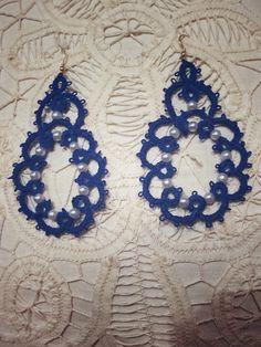 orecchini blu impreziosito da perline. chiacchierino ad ago.