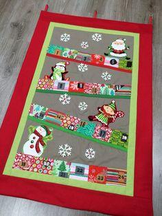 Kit para coser un precioso y divertido calendario de adviento navideño realizado con diversos materiales y técnicas como la pizarra, el corcho y kraft-tex. Será la admiración de la casa :-)