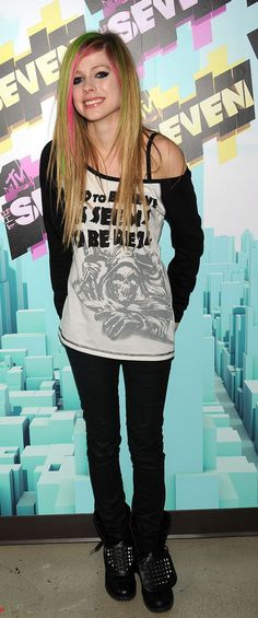 avril lavigne..one of the very few ppl who can pull of simple tees so well! her eye makeup thou are so fucking perfectoo