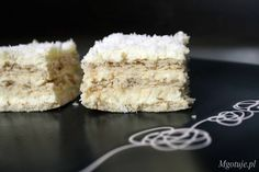 Zapraszam wszystkich miłośników kokosu na pyszne ciasto bez pieczenia o nazwie Raffaello. Ciasto łączy w sobie słone krakersy i masę budyniowo - kokosową.