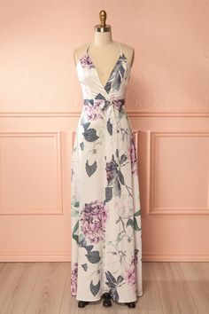 Jampo #boutique1861 / This long floral dress will subjugate you with tenderness and luxury! Whether for a special occasion or simply to add a little extravagance to your daily look, you'll love the light satin fabric as well as the flowing and slightly fitted cut that falls to the ankle. The removable belt will show off your waist and the crossing adjustable straps will reveal your back.