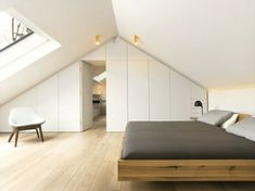 Bedroom Slope – 33 ideas for the sleeping area on the roof schlafzimmer dachschräge weiße wandfarbe und holzboden - Add Modern To Your Life Attic Bedroom Designs, Attic Bedrooms, Bedroom Ideas, White Wall Paint, White Walls, Loft Conversion Bedroom, Loft Room, Master Bedroom Makeover, Attic Renovation
