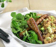 Quinoa met rozijnen & kruidige worstjes. Lekker en binnen 30-minuten of minder al op tafel!