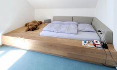 Gästebett mit eingelassenem Bettkasten, inkl. Polsterung. Material: Eichendielen auf OSB-Unterkonstruktion. Weiß geölt.