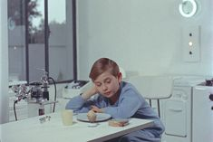 """Non sono una """"morning person"""" ma amo la colazione, è l'unico pensiero che mi fa alzare dal letto :) generalmente la prediligo dolce, preferibilmente caffè + brioche [img] Mon Oncle, Jacques Tati 1958"""