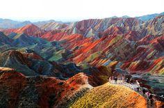 Zhangye Danxia Landform, Gansu, China - Essas formações rochosas coloridas são o resultado de mais de 24 milhões de anos de depósito arenito vermelho e de minerais. O vento e a chuva então esculpiram as formas surpreendentes nas rochas, e fizeram pilares naturais, torres, desfiladeiros, vales e cachoeiras