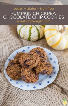 These pumpkin chickpea chocolate chip cookies are perfectly sweet, easy to make and are gluten, oil, refined sugar-free. Kids love them, too! Best Vegan Desserts, Vegan Dessert Recipes, Vegan Sweets, Vegan Recipes Easy, Real Food Recipes, Vegan Food, Snack Recipes, Chickpea Chocolate Chip Cookies, Pumpkin Spice Cookies