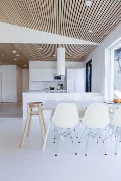 Myynnissä moderni koti Palokasta - MINISHOW Wood Slat Ceiling, Wood Slat Wall, Wood Ceilings, Wood Slats, Modern Interior Design, Interior Architecture, Küchen Design, House Design, Cuisines Design