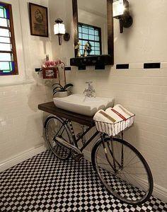 Aqui, a bicicleta virou o aparador de pia e a cestinha acomoda as toalhas de mão!