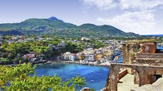 Vehreän kaunis Ischia kylpee koko kesän kukkaloistossa. Napolinlahdella sijaitseva saari on maisemiltaan vaihteleva, ja sen rannoilla ja poukamissa on viehättäviä kalastajakyliä vuorten kupeessa. Sää on varsinkin keskikesällä lempeän miellyttävä leppoisten merituulten ansiosta. #Aurinkomatkat #Italia #Ischia #AurinkoIschia #Italy